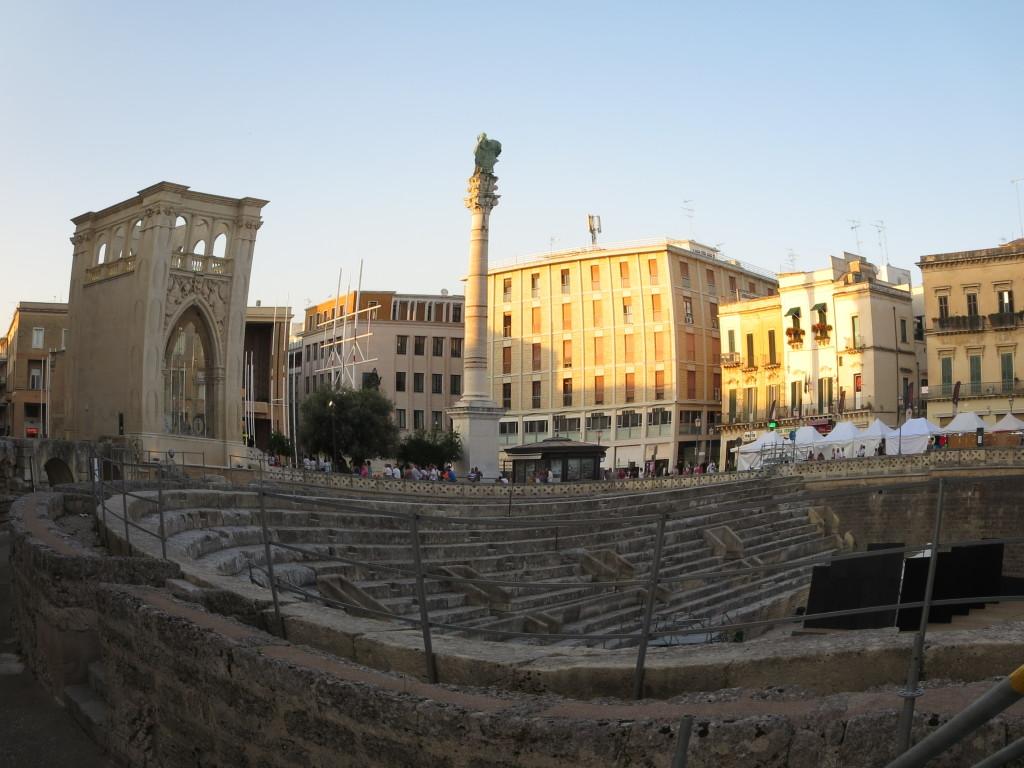a praça principal com a estátua de Santo Oronzo