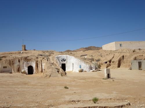 escavadas nos montes , por vezes com áreas inacreditáveis , servem a 100% para se protegerem do calor tórrido do deserto do SAHARA