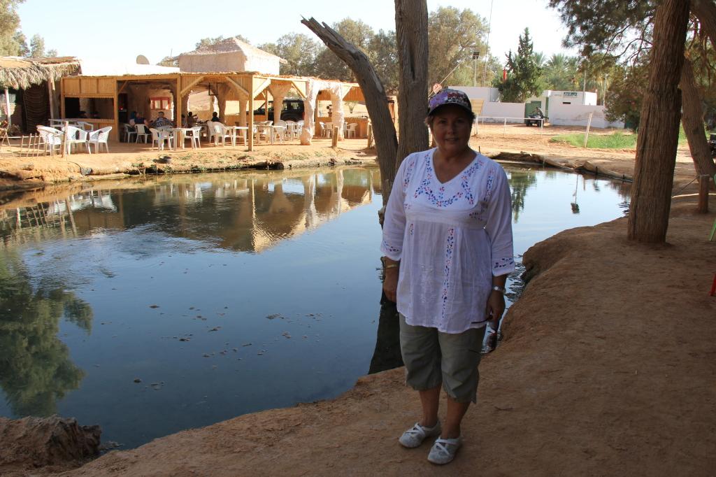 no KHSAR GHILANE existe uma ''piscina'' natural com água a 38º , mas com algumas algas...( não experimentámos ! )