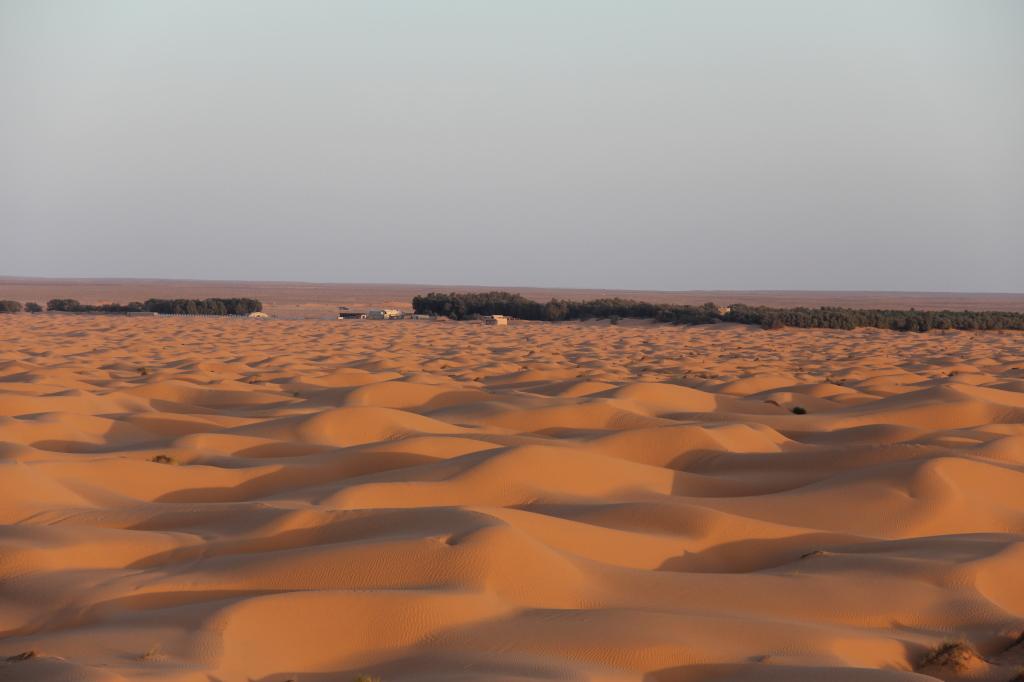 o deserto e o KSAR GHILANE ao fundo