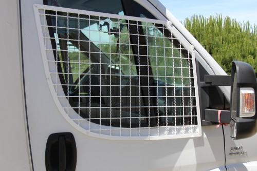 rede super forte nas janelas da frente , em cima uma abertura de 9 cm apenas o suficiente para colocar a máq. fotográfica de fora....