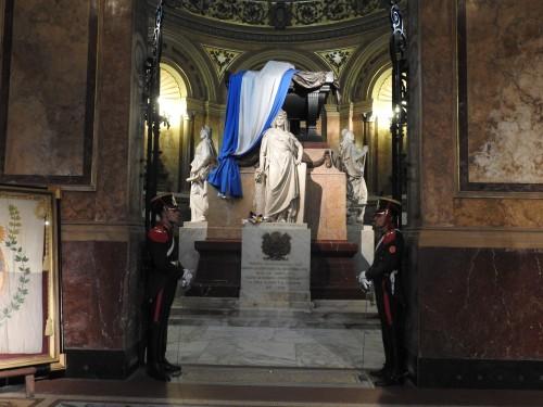o mausoléu do muito venerado GENERAL SAN MARTIN , com guarda militar permanente.