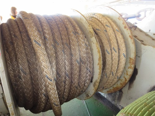 os cabos de amarração são quase tão espessos quanto os nossos braços...