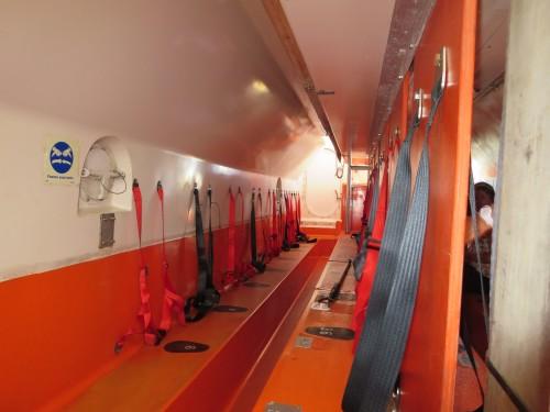 o interior de um barco salva-vidas