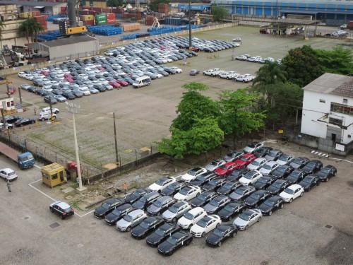 os carros de luxo foram todos desembarcados nos 3 portos brasileiros que escalámos : VITÓRIA+RIO+SANTOS ....no Brasil há muito dinheiro !