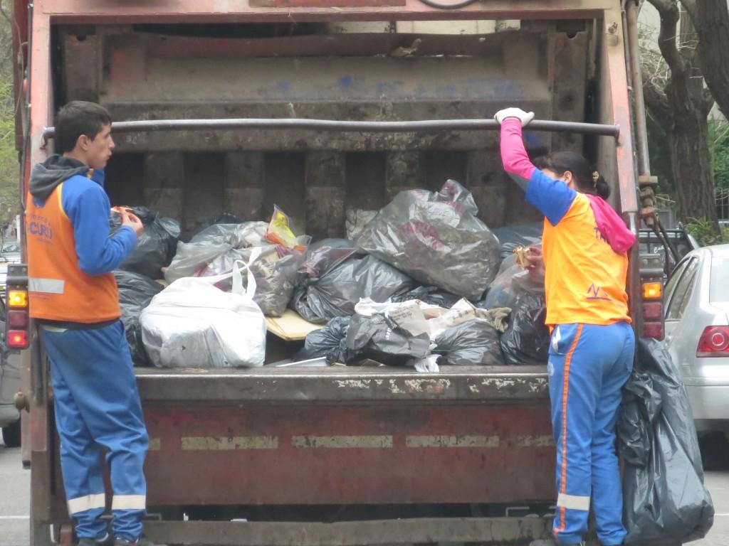 como as sandes devem saber bem com aquele cheirinho especial vindo do contentor do lixo.......
