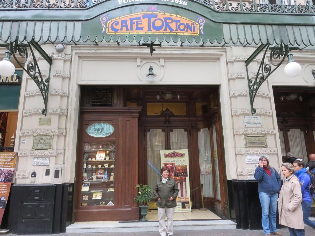 este é definitivamente o café mais famoso de B.A. e onde se realizam conhecidos espectáculos de tango; já conhecíamos de visita anterior , desta vez não entrámos.
