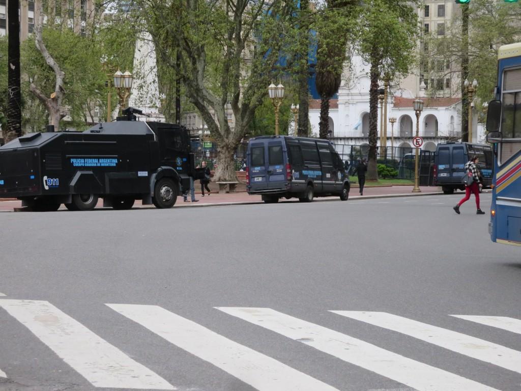 por toda a PLAZA DE MAYO vêm-se dezenas de carrinhas da polícia e alguns carros especiais com canhões de água , PERMANENTEMENTE pois .......quem tem cú tem medo !!!