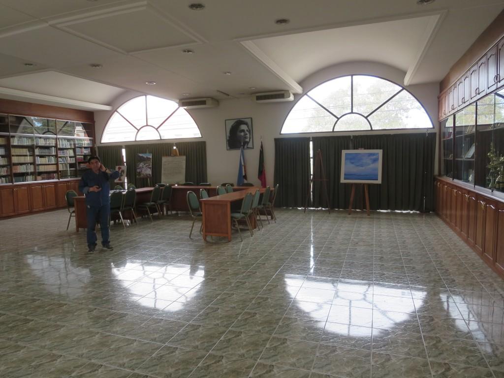 um dos salões , onde está a biblioteca e exposição de salvas, taças e troféus