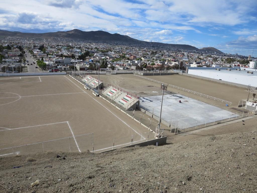 as instalações são próprias do clube e são enormes ( cerca de 10 hectares ) , inclusivamente t~em uma enorme área alugada à WAL-MART por 30 anos