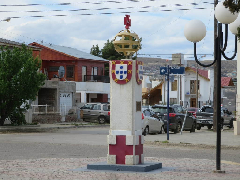na central e conhecida AVENIDA DE PORTUGAL , existem vários pequenos monumentos que assinalam a presença portuguesa