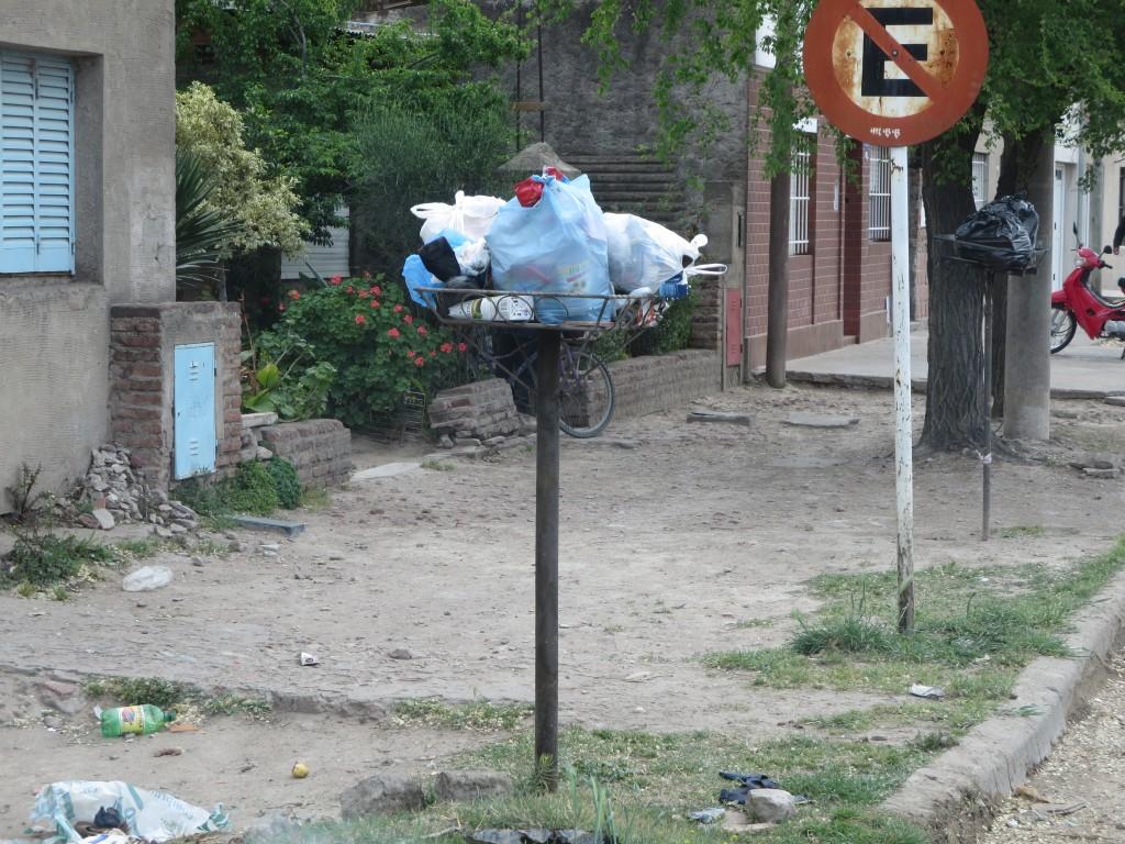 acabam pois por ser uns simples cestos de ferro , colocados no cimo de um poste a uma altura de cerca de 1,30 m e onde as pessoas colocam então os seus sacos de plástico com todo o tipo de lixo.....
