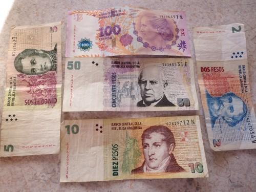 a nota mais alta é a de 100 pesos , o que ao câmbio paralelo equivale apenas a € 6.00 !!!