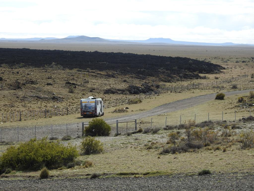 aqui dormimos , sós , a 100 metros da cratera do extinto vulcão