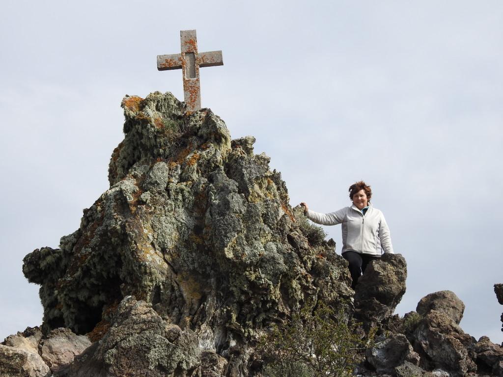 num dos lados da cratera , no topo de um significativo monte de lava , colocaram uma cruz