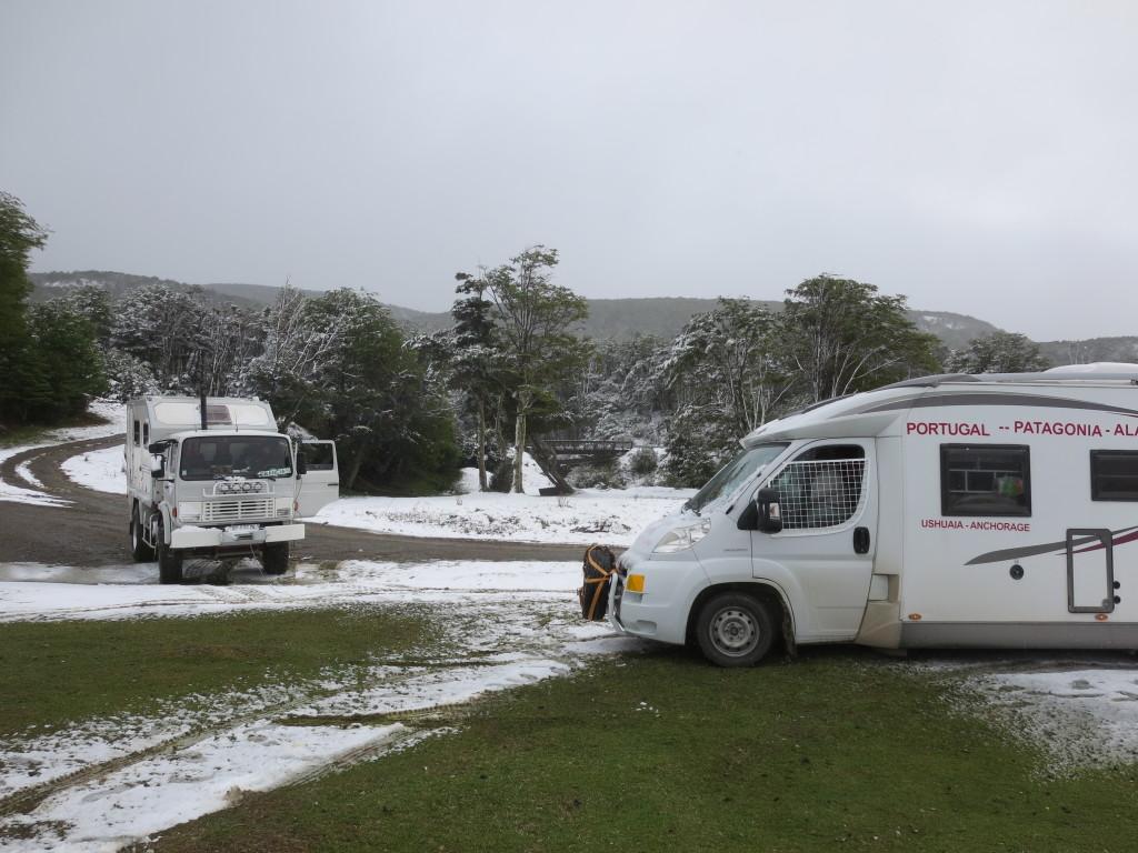 quando estacionámos estava um sol esplendoroso , durante a noite caiu um senhor nevão e......eu já não conseguia sair se não fosse a ''boleia'' do camião !!!