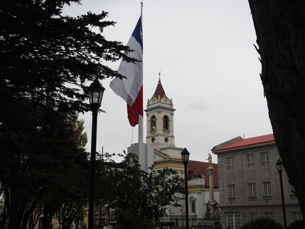 a entrada da plaza de armas e a singela catedral
