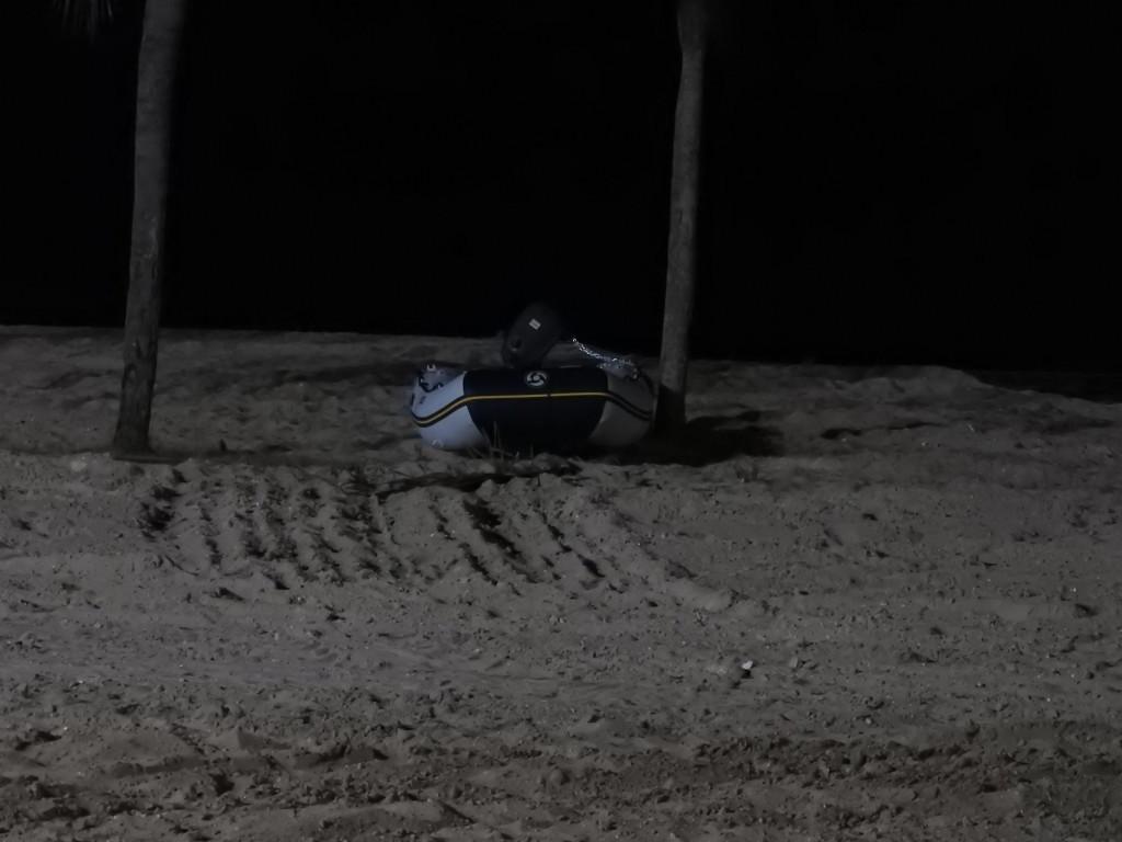 apesar dos múltiplos avisos para não o fazermos , o nosso bote ficou na praia amarrado com correntes ( barco e motor ) a uma palmeira....NADA ACONTECEU !!!