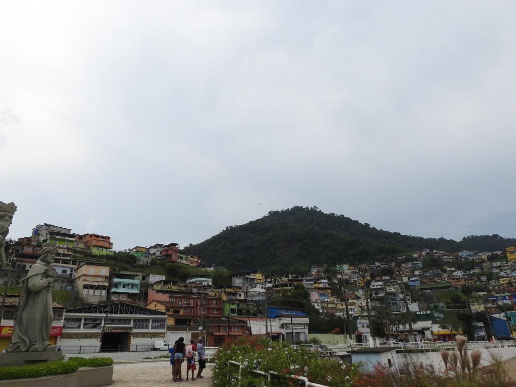 favelas por todo o lado . isto é a cidade de Angra dos Reis