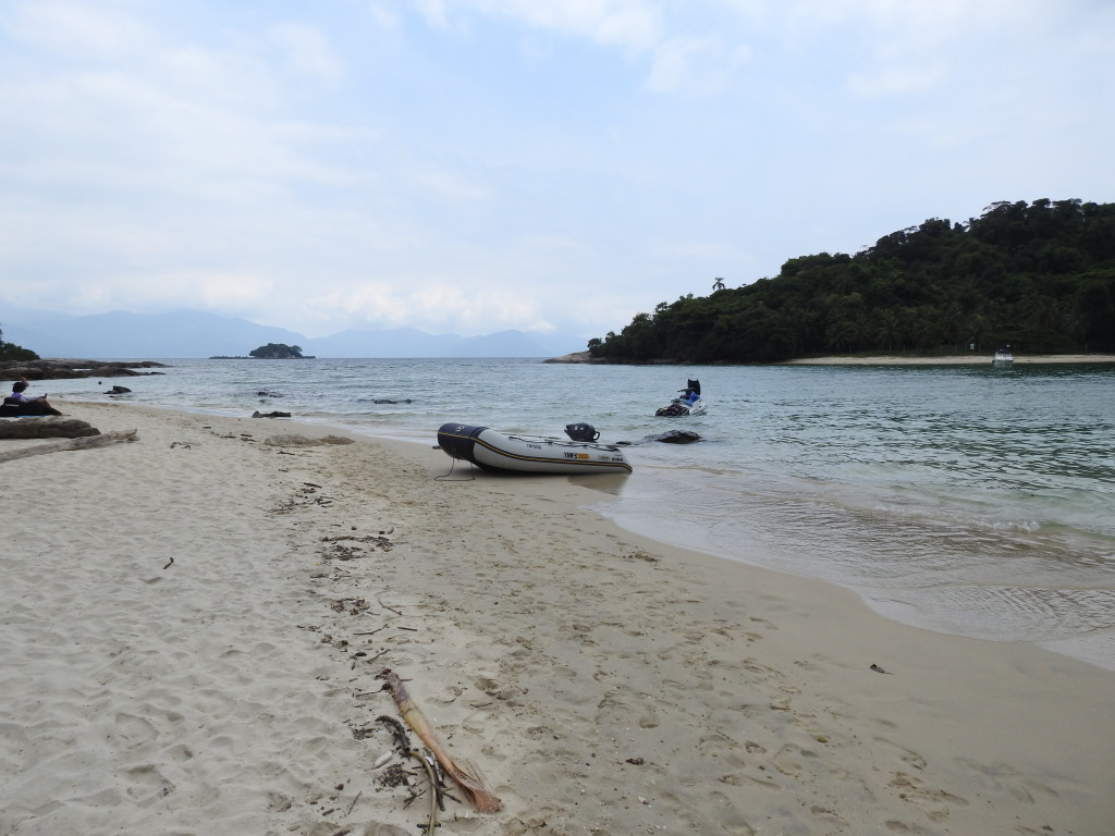 as boas praias são apenas acessíveis por barco........grande ou pequeno , pouco importa !