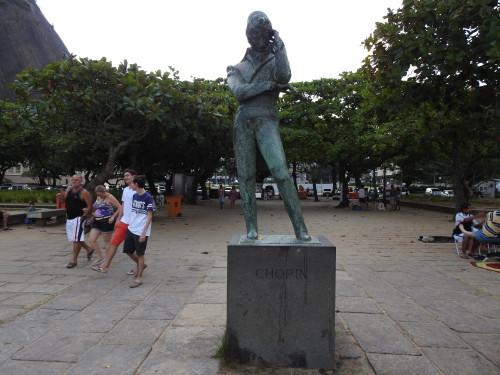 entre a AC e a praia , esta estátua de CHOPIN........um pouco deslocada , não acham ???