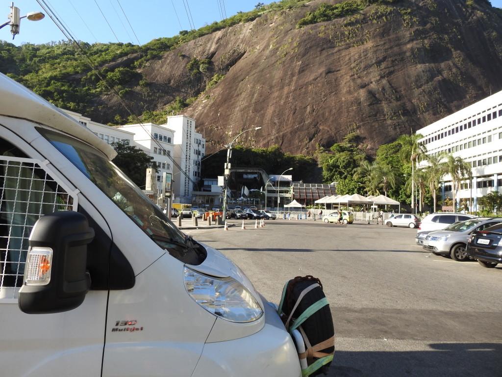 aqui já estávamos ao sol ; ao fundo a estação do teleférico para o PÃO-DE-AÇÚCAR