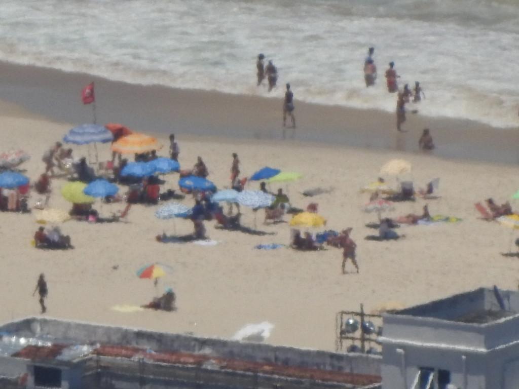 esta foto da praia de Copacabana foi tirada desde o miradouro do Corcovado , ou seja , 4 km de distância em linha recta : parabéns à NIKON !!!