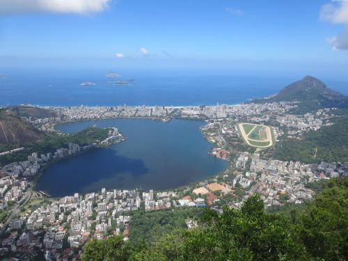 a igualmente muito poluída LAGOA RODRIGO DE FREITAS , onde tantos esgotos das favelas vizinhas vêm desaguar.....