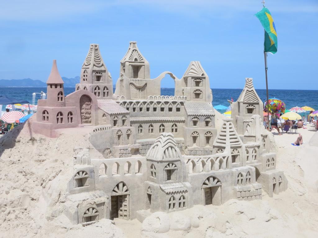 originais construções na areia...