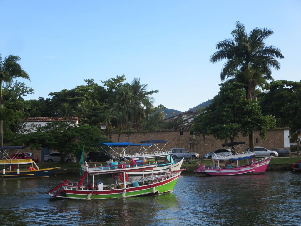 nestes barcos os locais fazem passeios pelas ilhas para os turistas