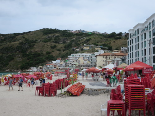e as favelas descem para a praia....