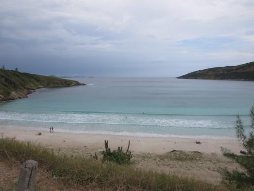 uma agradável praia contudo com péssimo acesso....