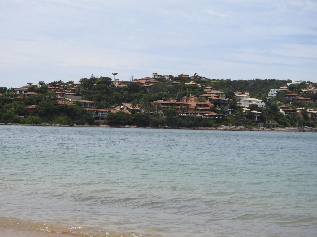 pois é , a realidade é esta : nas praias de Búzios não existem favelas em redor .......e os turistas abundam !!!