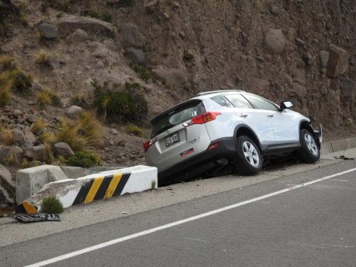 é claro que a frente e lado esquerdo do carro alugado ficaram irrecuperáveis....