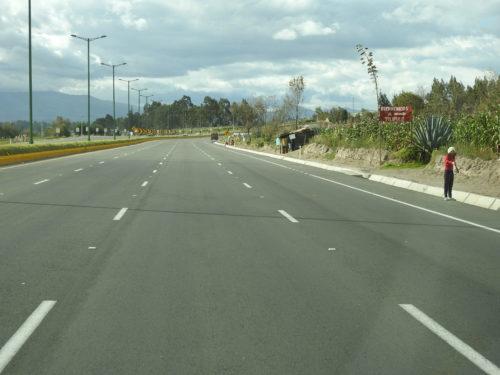 no país mais pobre da América do Sul , a única auto-estrada existente , com cerca de 110 kms de extensão , tem QUATRO pistas para cada lado .........quase vazias claro !!! e vendedores ambulantes nas margens !!!