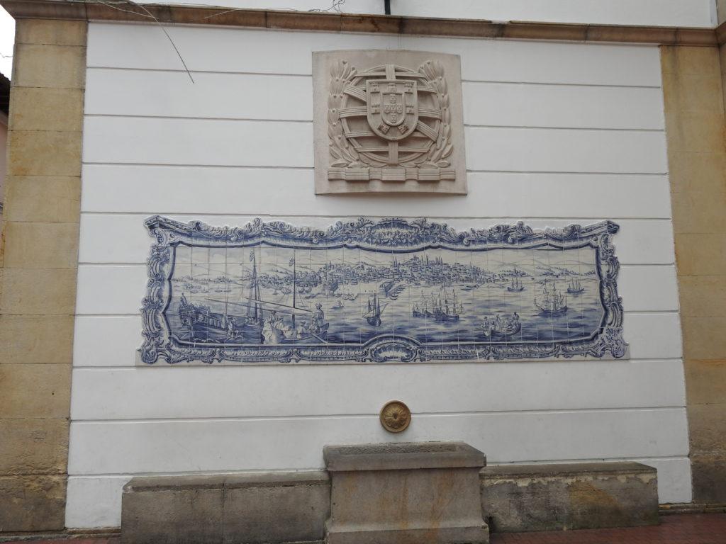 um painel de azulejos portugueses e o brasão nacional , em frente ao Teatro Nacional
