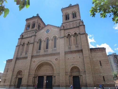 a discreta catedral de Medellin