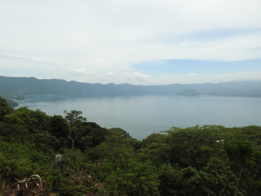 um dos muitos lagos do país , este concretamente situa-se na cratera de um extinto vulcão e passámos um dia muito agradável à beira lago , as águas são maravilhosas......