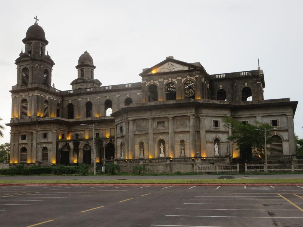 a catedral de Manágua , fechada e meio em ruínas desde o terramoto do século passado