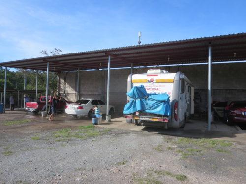 antes de chegarmos a SAN SALVADOR , após entrarmos no país , dormimos no estaminé de uma empresa de lavagem de carros ......pelo menos estávamos seguros !!!