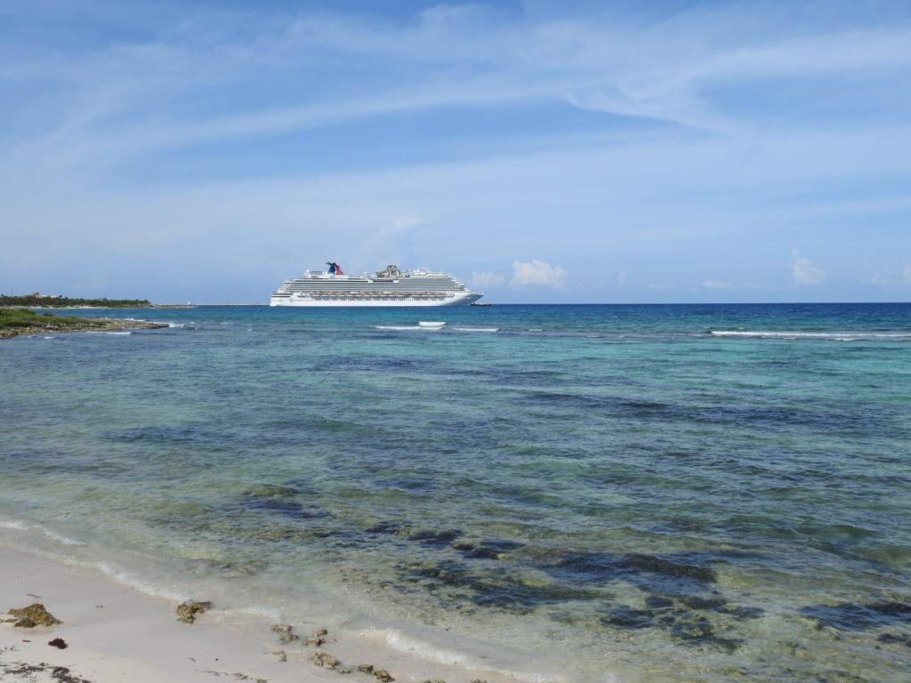 os grandes navios de cruzeiros são assíduos nestas paragens........